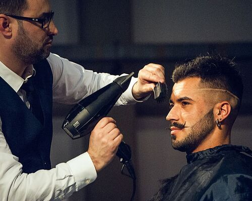 expocosmetica-presentation-model-hairdresser-cut-hair